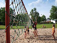 Bild vom Volleyballplatz auf dem Kinder Volleyball spielen
