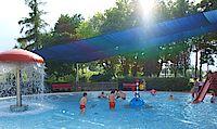 Bild vom Kleinkinderbecken mit Sonnensegel und Wasserpilz